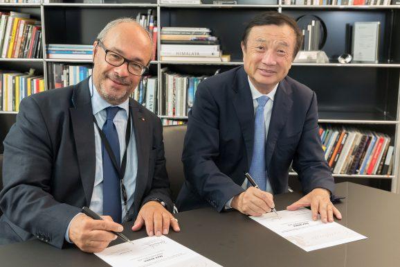 Ren Zhengfei, CEO di Huawei (destra) e Dr. Andreas Kaufmann, azionista di maggioranza e presidente del comitato consultivo di Leica Camera AG (sinistra), durante la firma dell'accordo per l'istituzione del 'Max Berek Innovation Lab'